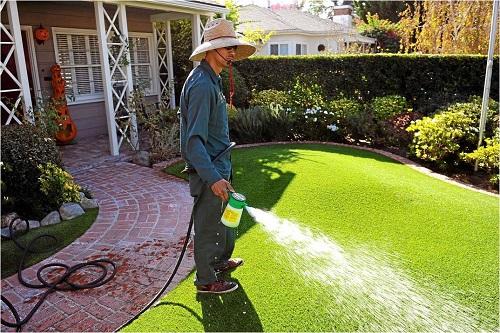 Mẹo vệ sinh sân cỏ nhân tạo đúng cách
