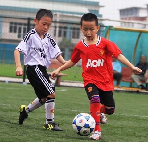 Sân cỏ nhân tạo cho các fan mê bóng đá tại Cầu Giấy