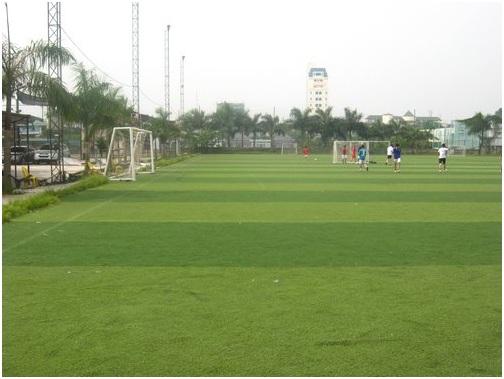 Sân cỏ nhân tạo cho các fan mê bóng đá tại quận Đống Đa