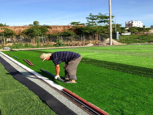 Lưu ý khi thi công sân bóng cỏ nhân tạo