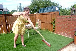 Cách xử lý từng loại vết bẩn trên sân cỏ nhân tạo