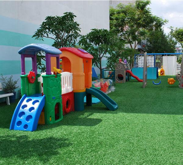 Sân chơi cỏ nhân tạo giúp cho trẻ phát triển tốt hơn