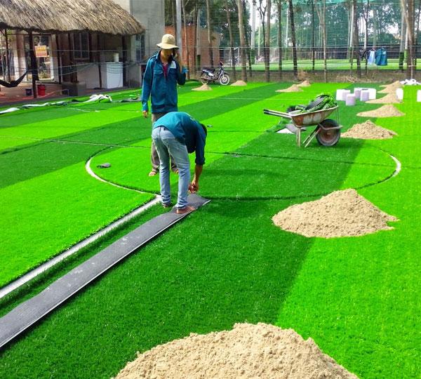 Thay mới cỏ nhân tạo sân bóng đá
