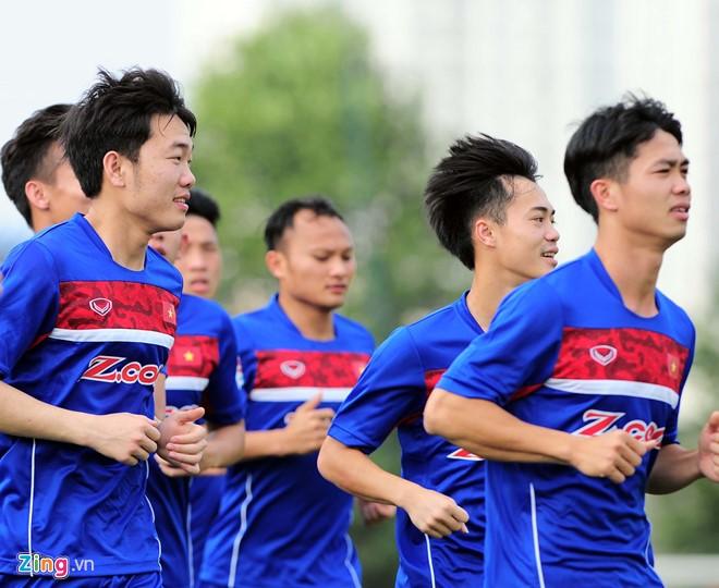 Các tuyển thủ Việt Nam chỉ tập thả lỏng làm quen mặt cỏ nhân tạo trước khi bay sang Tajikistan. Ảnh: Quốc Bảo.