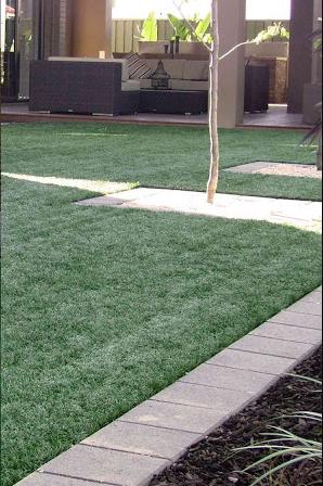 Lợi ích trẻ nhỏ khi chơi trên sân cỏ nhân tjao
