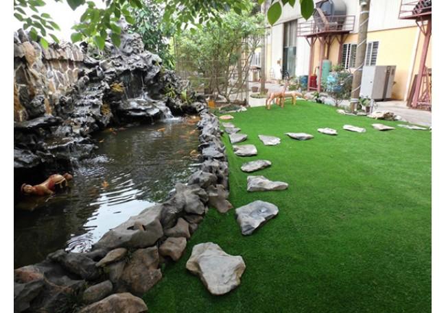sân vườn cỏ nhân tạo đẹp mê li