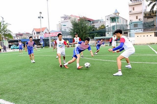Các vận động viên đang đá bóng trên sân bóng cỏ nhân tạo tại hải phòng